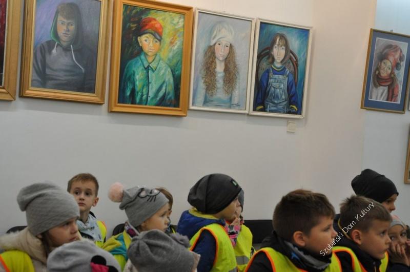 Najmłodsi zwiedzali wystawę obrazów