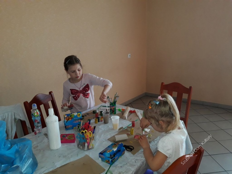 Zajęcia plastyczne dla dzieci w świetlicy w Królikowie