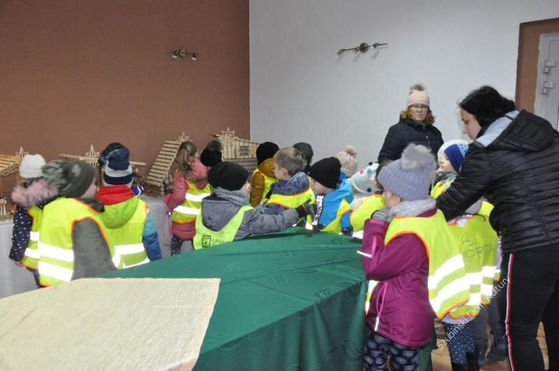 Kolejne grupy przedszkolne na wystawie Przemka Kozłowskiego