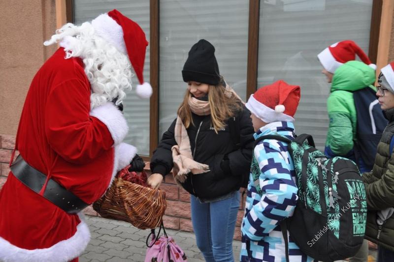 Kulturalny Mikołaj na ulichach miasta