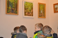 Dzieci zwiedzały wystawę obrazów Krzysztofa Wilka