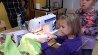 Zajęcia rękodzieła dla dzieci w świetlicy w Chraplewie