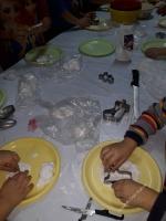 Ozdoby z zimnej porcelany i kolorowe bransoletki
